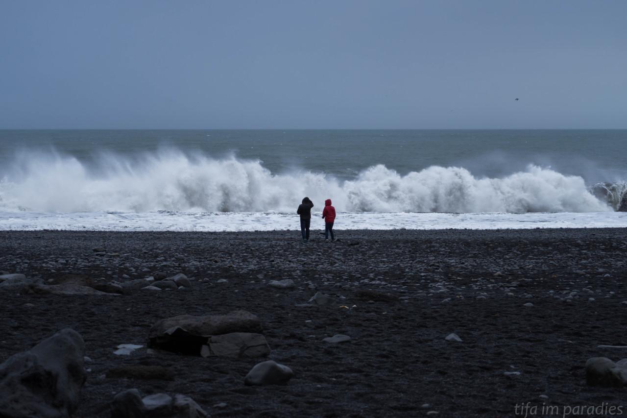 Der schwarze Strand von Reynisfjara ist äußerst gefährlich. Hohe Wellen kommen oft unerwartet und können einen schnell ins Meer ziehen, aus dem es wegen der extrem starken Strömung kaum ein Entkommen gibt.